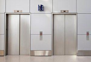 Nên sử dụng thang máy khi chuyển nhà chung cư