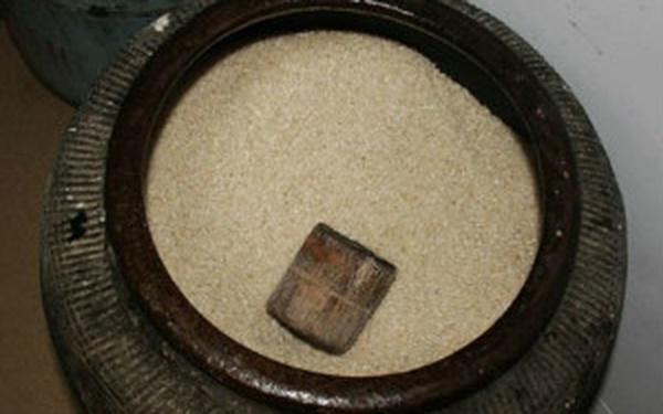 Hủ gạo đầy mang ý nghĩa sung túc đầy đủ cho gia đình