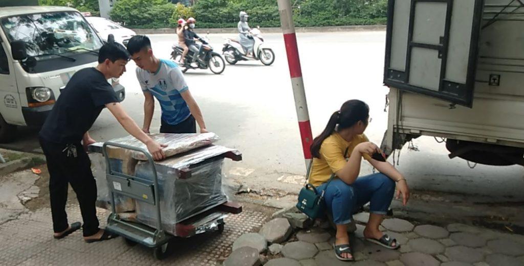 Chuyển máy giặt lên xe tải