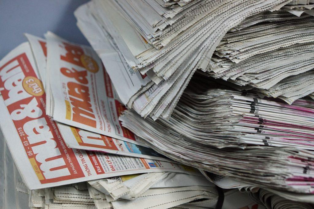 Vải vụn và giấy báo dùng để chèn lót đồ đạc