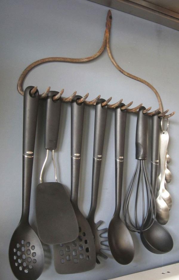 Tái chế bàn cào thành giá treo đồ dùng trong bếp