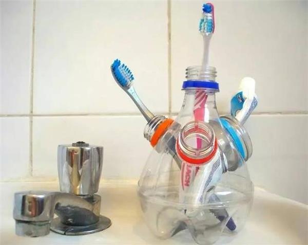 Tận dụng vỏ chai nhựa để biến thành đồ để đựng bàn chải đánh răng