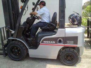 Nhân viên lái xe nâng chuyên nghiệp