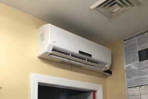 Lắp máy lạnh trên cửa ra vào