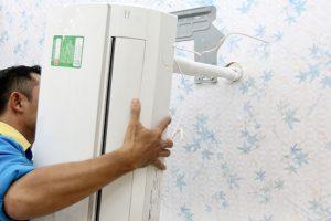 Nhân viên di dời máy lạnh đúng cách