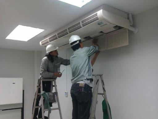 Nhân viên chuyên nghiệp thực hiện quy trình tháo lắp di dời máy lạnh