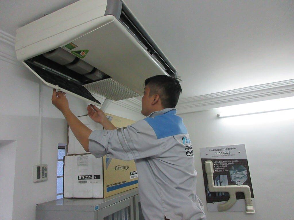 Nhân viên thực hiện quy trình tháo lắp di dời máy lạnh chuyên nghiệp