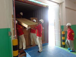 Nhân viên đóng gói và vận chuyển hàng hóa để phục vụ khách hàng