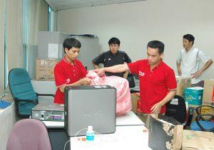 Tập thể nhân viên triển khai chuyển văn phòng