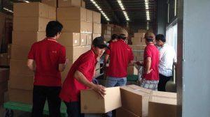 Nhân viên sắp xếp và lắp đặt lại kho hàng