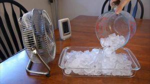 Đặt khay đá ở trước quạt là một trong các cách làm mát phòng trọ vào mùa nắng nóng.