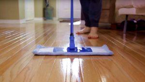 Để có thể làm mát sàn nhà, bạn hãy lau sàn nhà 2-3 lần một ngày.