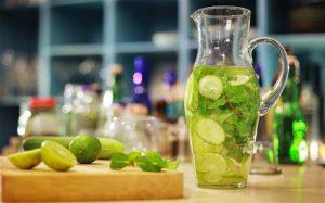 Cố gắng bổ sung thêm cam, táo, bạc hà, chanh, dưa hấu vào làm detox để giải nhiệt cơ thể.